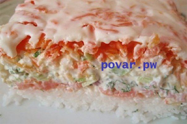 САЛАТ «СУШИ» Этот салат подходит для любого праздника. Интересен этот пошаговый рецепт тем, что ингредиенты схожи с теми, которые нужны для приготовления суши, и по вкусу салат напоминает именно их. Ингредиенты: Слабосолёная красная рыба (её можно купить, а можно засолить дома в соевом соусе) - 300 гр., рис — 300 гр., свежие огурцы — 2 шт., большая морковь — 1 шт., яйца — 4 шт., большая фиолетовая луковица, пучок зелёного лука, пучок укропа, васаби (Васаби, который также известен, как…