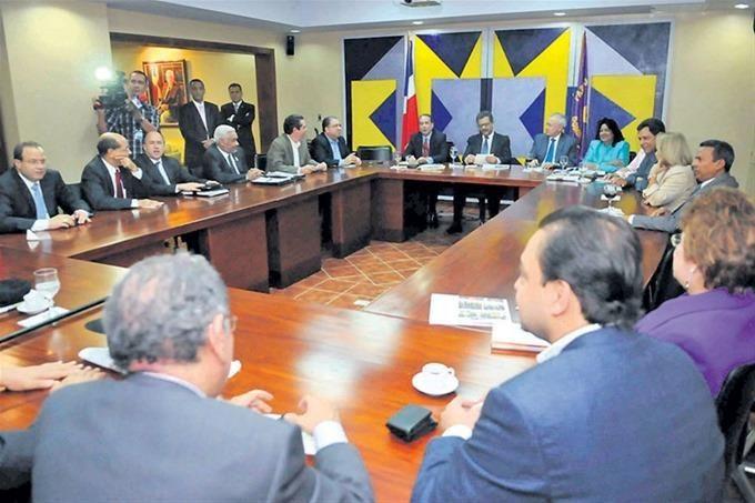 SANTO DOMINGO.- El Comité Político del Partido de la Liberación Dominicana (PLD) fue convocado para la noche de este lunes, para analizar los avances de los trabajos que realiza la Comisión Nacional Electoral de esta organización. La reunión fue programada para comenzar a las 7:00 de la noche, en el salón Juan Bosch de la…