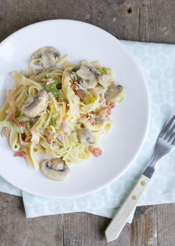 Toen ik vorige week op Facebook een foto van deze pasta carbonara plaatste waren er veel van jullie benieuwd naar het recept. Dus bij deze deel ik hem, hetreceptje voor pasta carbonara. En deze is zwangerproof! Pasta carbonara wordt traditioneel gemaakt met spek, kaas en een eidooier. De eidooier stolt wanneer het in contact komt... LEES MEER...