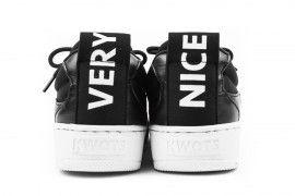 Kwots Grand Sneakers basse Tomaia in neoprene elastico nero, inserti in pelle neri, suola in gomma bianca cucita. C'è chi sostiene che le scarpe raccontino molto di chi le indossa e da questo concetto è nata l'idea dei designer francesi di veicolare messaggi attraverso le sneakers KWOTS. Il design compatto e omogeneo e l'alto standard qualitativo fanno di queste sneakers la novità più interessante nel panorama street-wear del 2017. Guarda tutta la nuova collezione di scarpe Kwo...