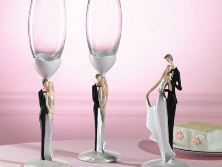 Un minunat set de pahare pentru petrecerea nuntii, care va ramane peste anii si pe care le veti folosi cu bucurie de fiecare data. Setul este format din 2 pahare.  Poti completa setul de pahare cu setul de servire tort din aceeasi colectie si cu figurinele de tort din colectia Amore.