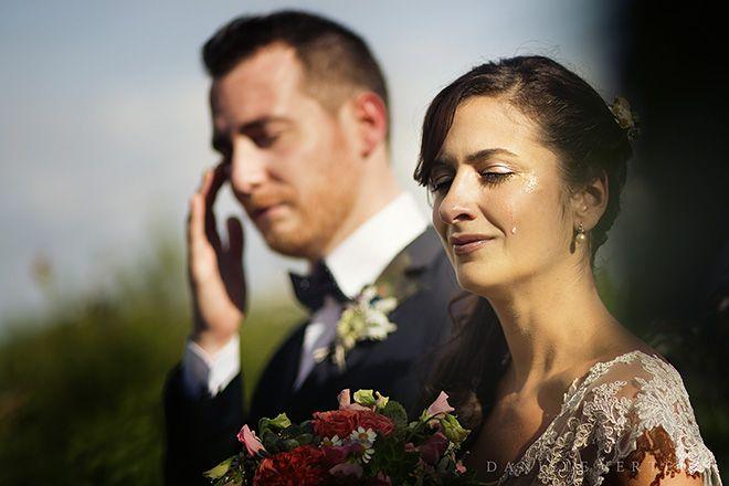 Крупный эмоциональный портрет невесты и жениха (в идеале плачущих) в прямом жестком свете.