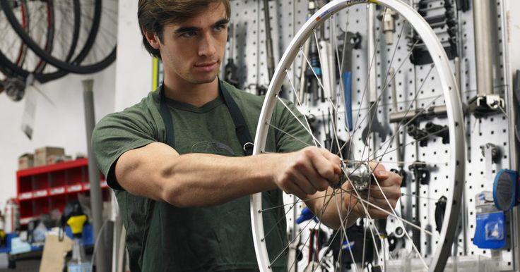 Cómo cambiar el piñón de una bicicleta. Cómo reemplazar el piñón de una bicicleta. De vez en cuando tendrás que quitar el piñón para limpiarlo, limpiar en los alrededores de éste, o cambiar el piñón por uno nuevo. Estas instrucciones se aplican a los piñones estándar que se encuentran en la mayoría de las bicicletas de la actualidad.