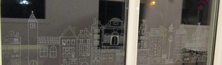 Versiering met krijtstift op de ramen op de begane grond. Nutsschool Maastricht.