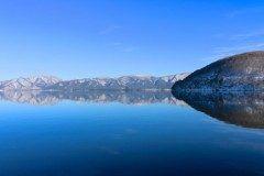 福島県にある猪苗代湖は磐梯山南麓にあるほぼ円形の湖です ここは酸性が強いため小魚しか棲むことができない場所です  水泳場キャンプ場などが湖畔にあるので一年中自然のを満喫することができるレジャースポットとしても大変人気がありますよ  また日本で4番目に大きい湖で最大深度は93.5mです 空気が澄んでいてとても気持ちいい場所ですよ  tags[福島県]