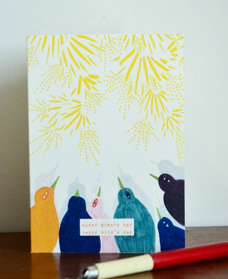 お誕生日を祝う歌が聞こえてきそうな鳥達がモチーフのバースデーカード。表紙には「Happy Birthday」のメッセージがちょっと控えめにプリントされ、 中面は白地なのでいろいろ書き込めます。 色使いやイラストのタッチはヴィンテージモチーフよりインスピレーションを受けた、テキスタイルデザイナーのジュリー