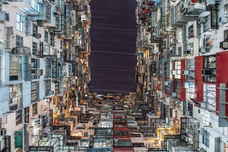 Ovenfor ses vinderen af 'People and Space-kategorien', der indbefatter billeder af nattehimlen med mennesker eller menneskeskabte objekter. På vinderbilledet krydres himlens stjernestier med lysforurening fra neonskilte og kulørte lamper i det travle Quarry Bay i Hong Kong. Foto: Wing Ka Ho.