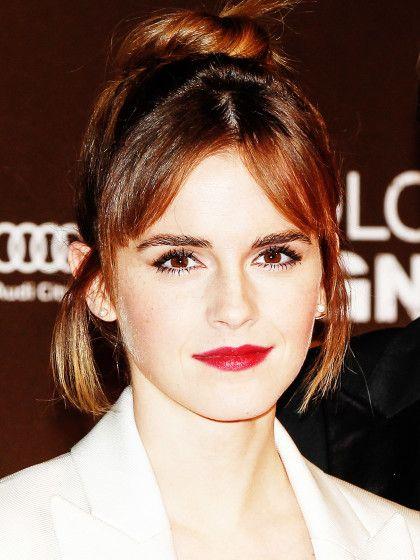Für den Seitenpony von Emma Watson werden meist nur wenige Haare zum graden Pony geschnitten, die dann zur Seite gelegt werden.
