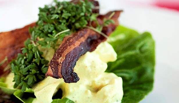 Opskrift på hønsesalat med karry og bacon