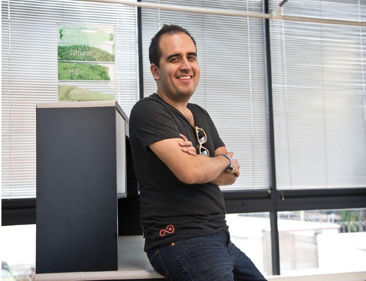 Rodrigo Carrera es el creador de Kaluna, una empresa que fabrica y comercializa t-shirts elaborados con pet reciclado, así como lentes de sol de madera proveniente de barriles de tequila desechados. Descubre cómo él y sus socios han conseguido posicionarse en el negocio ecoamigable de la moda.