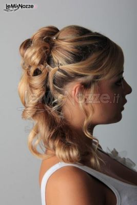 Acconciatura sposa con capelli semiraccolti www.lemienozze.it