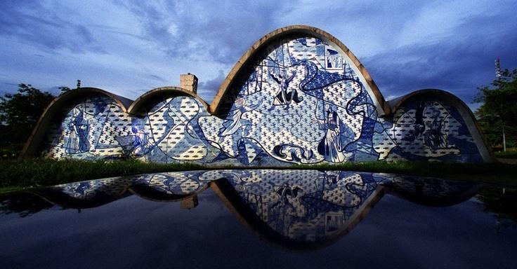 Igreja de São Francisco de Assis, projetada por Oscar Niemeyer e com painéis de Cândido Portinari, na Pampulha, em Belo Horizonte. O conjunto foi idealizado em 1940