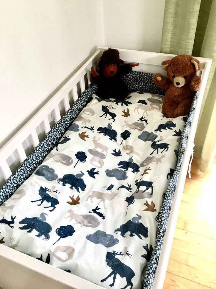 Idag tänkte jag dela med mig utav hur du kan sy ditt eget kuddfodral och påslakan till en spjälsäng. Nu när Pyret är påväg är det lite saker som ska fixas, däribland säng och sängkläder. jag har va…