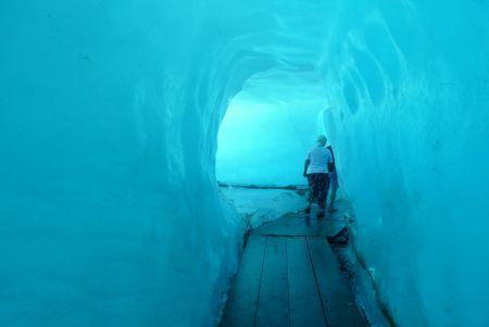 Věčný led přiláká do švýcarských Alp sto milionů návštěvníků ročně. Málokdo dokáže odolat, zvlášť když jsou alpské ledovce díky lanovkám přístupné každému. Švýcaři dokonce umožnili procházku nitrem jednoho z nich. Ale spěchejte - podle odborníků ledovce do konce století z mapy alpských zemí zmizí.