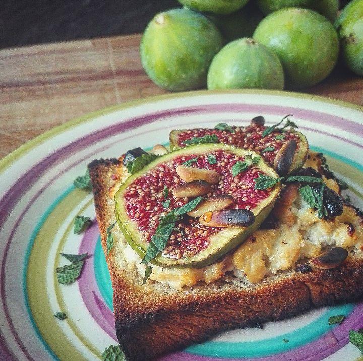 Sweet Toast ai fichi - Per prima cosa tagliate a fette il pane in cassetta ed i fichi. Prendete la fette di pane ed adagiatevi qualche cucchiaiata di...