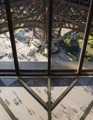 PROSKLENÁ PODLAHA V EIFELOVĚ VĚŽI  Pro veřejnost se v říjnu 2014 otevřelo zrekonstruované první patro Eiffelovy věže.