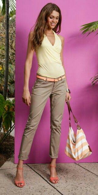 Outfit estivo: pantaloni chino marroncino, canottiera giallino, cinta color  salmone, borsa grande a righe bianche e salmone con manico marrone, bangle e scarpe marroni/salmone