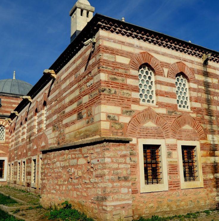 Esekapı medresesi/Fatih İstanbul/// Eskiden burada Bizans döneminden kalma büyük bir kemer bulunduğundan, İsakapı ya da Esekapı adını bu kemerden almıştır. Kemerin 1509 depreminde yıkıldığı bilinmektedir.