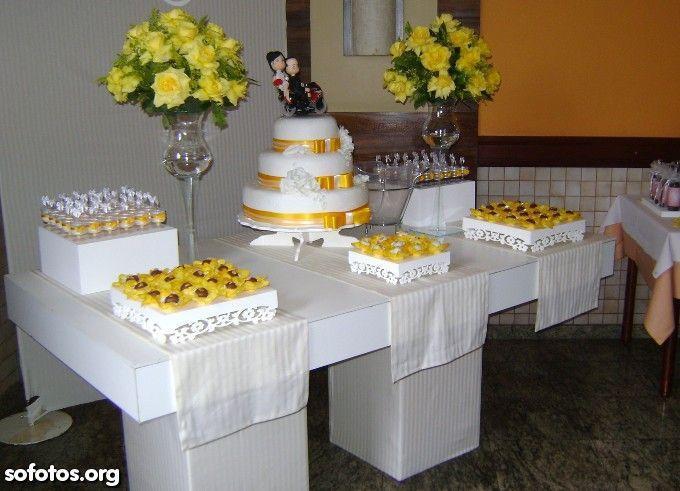 Bolo de casamento branco com fita amarela