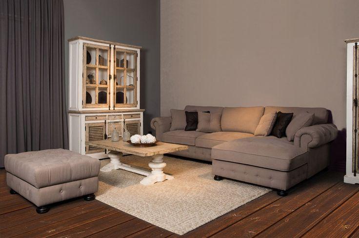 Living met unieke accenten. mooie vloer, leuk met grijze muuren gordijnen en zandkleur bank