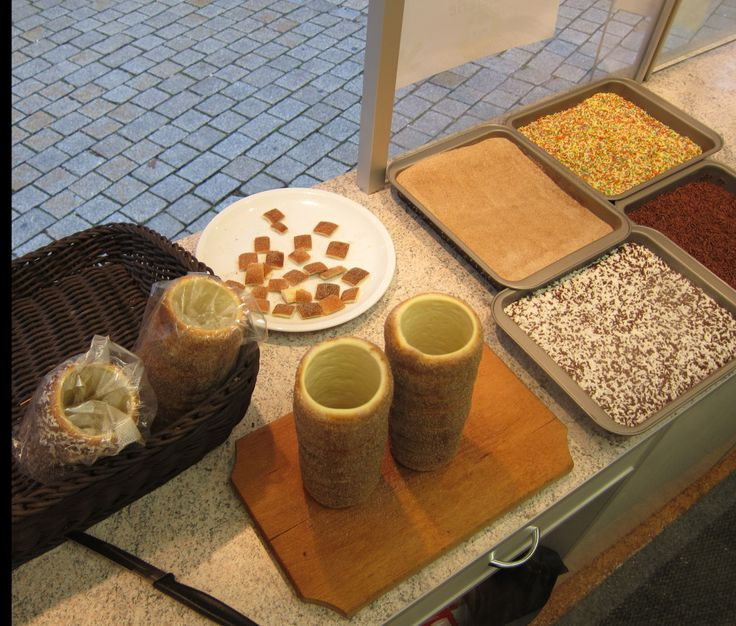 www.kurtos-kalacs.com Baumsrriezel selling at the Christmas market in Germany - samples - Kurtoskalacs / Chimney cake