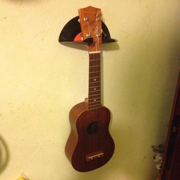 Quand je joue pas du ukulele je joue au bricolo :) Voila une idée pour faire un support mural de ukulele à zero euro !! Avec un vieux 45 tours, un sèche-cheveux et une dremel. Le temps de réalisati…