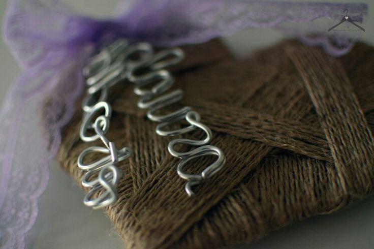 Porta alianzas rústico, de cuerda con detalle de los nombres de los novios en alambre y lazo de encaje lila