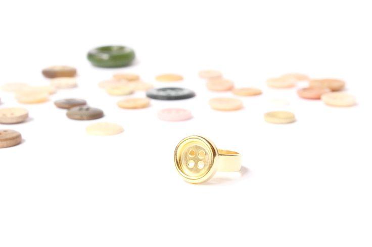 Chapado en oro de 16kt.Un detalle encantador para las amantes del Craft!Este anillo en forma de botón está realizado con técnicas de joyería: cada botoncito está soldado a la base para hacerlo irrompible, además es ajustable. El material de base es latón al que le hemos hecho un Chapado en oro de 16kt para conserve el color dorado durante más tiempo y no deje restos de óxido en la piel.Es un diseño exclusivo que sólo encontraréis aquí para el que hemos d...
