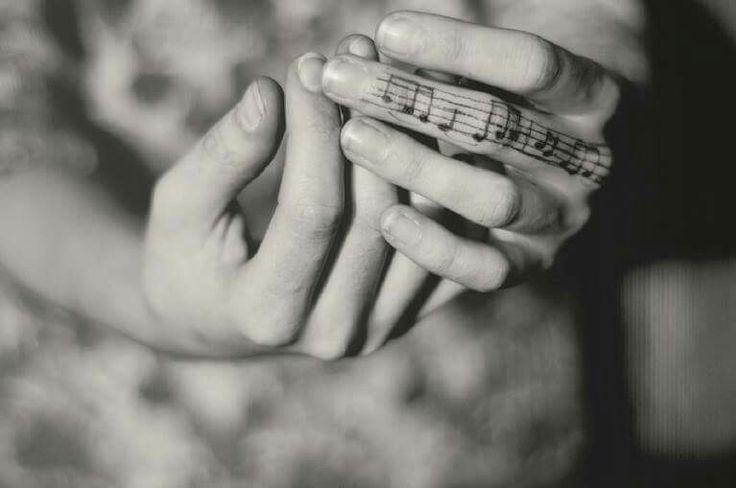 Ci sono canzoni cantate a voce alta, in mezzo alla allegria e alla adrenalina, e canzoni sussurrate e appena accennate quando ci circonda la malinconia. Canzoni che uno ascoltandole vorrebbe essere sulla Spazio e canzoni che invece ci fanno andare indietro nel Tempo e si intrecciano ai nostri ricordi.
