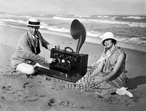 Radiohören am Strand, 1924 Timeline Classics/Timeline Images #Nostalgie #Radio #Urlaub #Kofferradio #Technologie