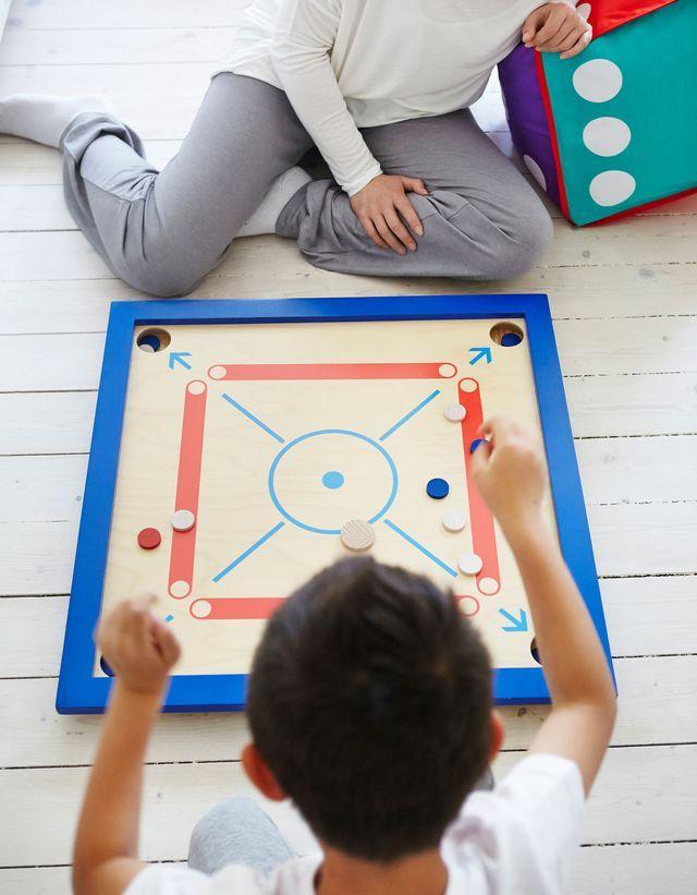 LATTJO, jeu de carrom - 35 euros. Comprend 1 plateau et 20 pièces. Contreplaqué clair laqué et peint. L65x65cm.Couleur naturel, rouge et bleu.LATTJO, jeu de kalaha - 12,99 euros. Comprend 1 boîte en bois (L28,5xL15,5xH0,4cm) et 48 cubes (L1xL1xH1cm). Hévéa massif clair laqué peint. Multicolore. Le tout signé Ikea.