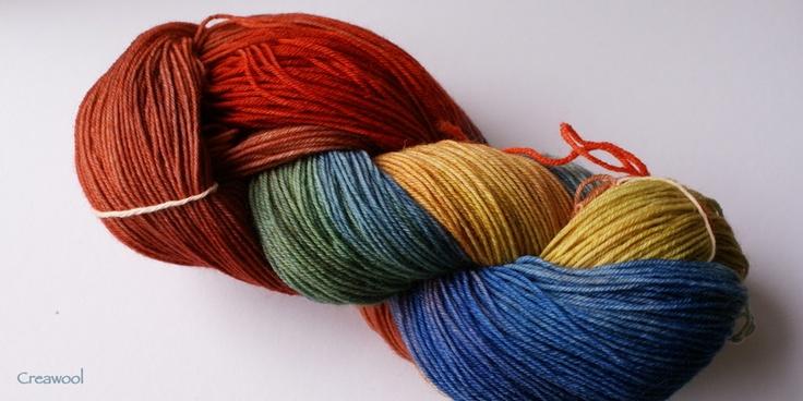Jeder Strang ein Unikat in allerschönsten Herbst-Farben:    Allerfeinste, handgefärbte Sockenwolle aus 75% Schurwolle/25% Nylon.    Dieses feine, gara