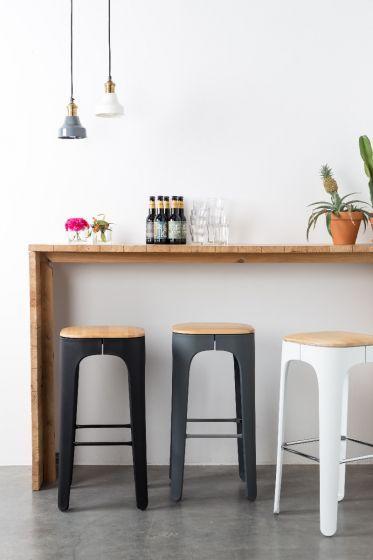 Een modern design wat in 3 verschillende kleuren zoals wit, zwart en grijs  en zijn online verkrijgbaar bij Wants&Needs!