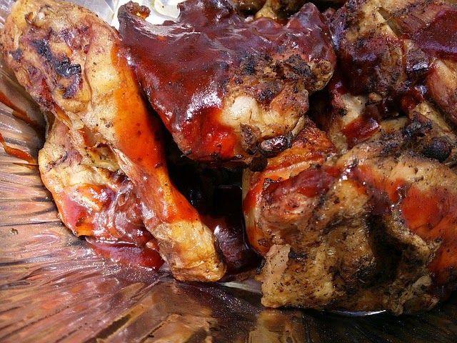 Recette de poulet mariné, grillé à la sauce barbecue - Un poulet aromatisé macéré dans une marinade sauce barbecue américaine maison, cuit lentement au barbecue. Tendre, parfumé, ce poulet est un régal.