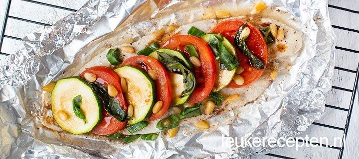 Dit vispakketje met groente, basilicum en pijnboompitten is lekker uit de oven of van de barbecue