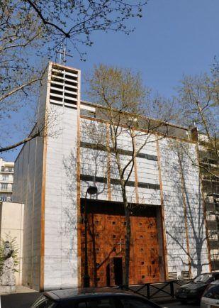 Saint-François-de-Molitor (dans la partie sud du 16e arrondissement) est une église très moderne construite en 2004 et consacrée en mars 2005 par Mgr André Vingt-Trois.La façade est en marbre grec de Kavala en partie translucide. L'entrée se fait par trois grandes portes monumentales en bois précieux.