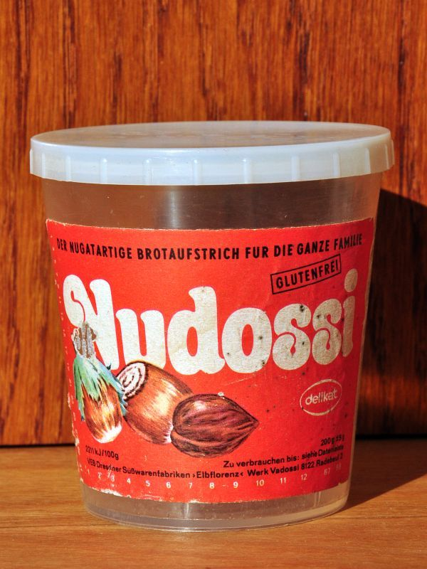 Nudossi. Das Nutella des Ostens. Gibt's heute noch (oder wieder) und schmeckt viel besser da höherer Haselnussanteil. DDR