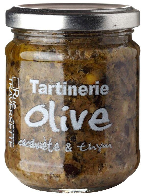 La Tartinerie Olive Cacahuète et Thym, une terrine d'olives vertes et noires accompagnées de cacahuètes et de thym avec une pointe anisée par Rue Traversette en pot de 185 g.