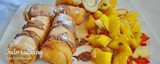 Loempia Pisang dan Salad Mangga - Banana egg rolls with a mango salsa