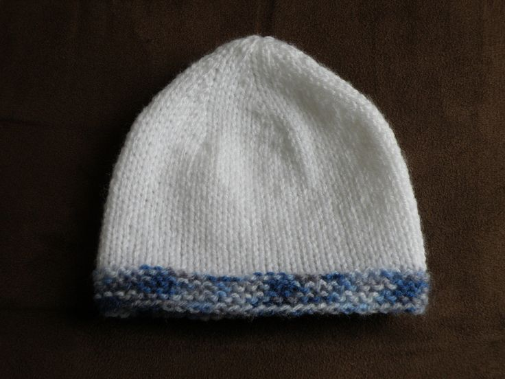 Bonnet bébé bicolore tailles 0-3-6-12 mois, aiguilles N° 4,5. Tailles : naissance-3-6-12 mois. Matériel : - 1 pelote de laine de chaque coloris qui se tricote en 4,5. - aiguilles circulaires ou plates N°4,5. - 1 aiguille à laine Réalisation : Monter 56-62-68-74...