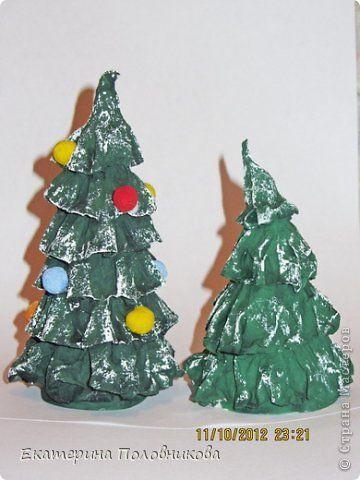 Такие елочки я сделала для новогодней поделки в детский сад. Поделка еще не готова, но показать уже не терпится. Поэтому представляю вашему вниманию эти елочки.  Нам понадобится: -плотная бумага для каркаса елочки -туалетная бумага -клей ПВА -краски -бинт или марля  фото 11