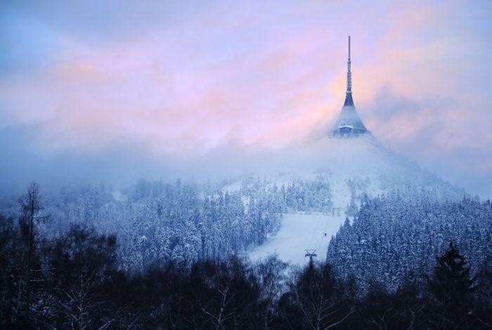 Ještěd – pohled na televizní vysílač s hotelem | Liberec