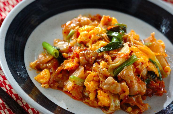 ふわふわの卵と、白菜キムチ、豚バラ肉のスタミナがつく一品。ご飯が進みます!豚キムチの卵炒め[和食/炒めもの]2013.01.07公開のレシピです。