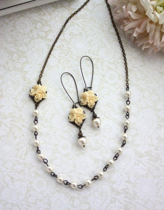Marfil estrellas marfil latòn perla collar, aretes de flor.  Set de regalo damas de honor. Casa rural país tema.