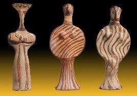 Sculture in terracotta, XV-XII secolo a.C., Conservate al British Museum, Londra.  Queste statuette che raffigurano soggetti femminili sono state distinte in base alla forma con le lettere dell'alfabeto greco. La prima è associata alla lettera TAU, le altre due alla PHI. Indossano lunghe vesti decorate con grossolani tratti di color bruno.