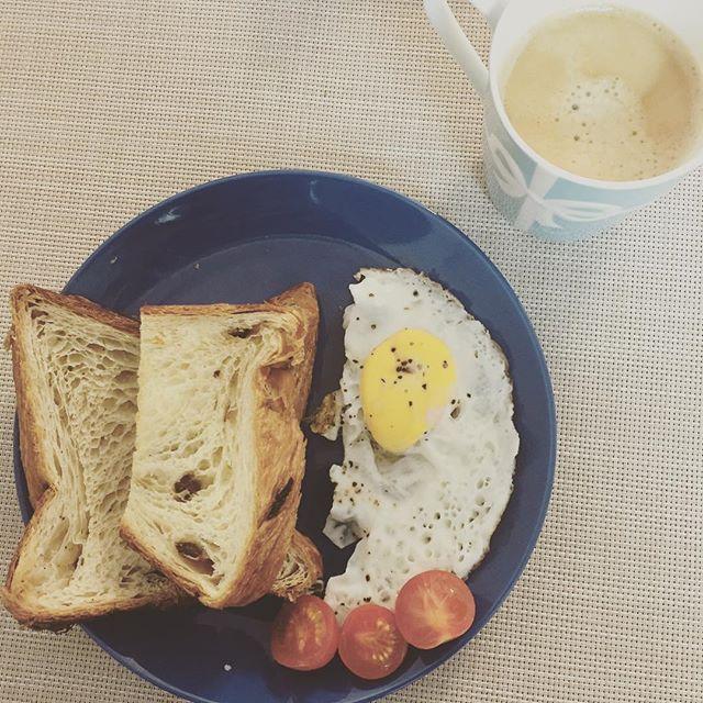 terisienne今朝のデニッシュ朝ごはん  ほったらかした目玉焼きが焼きすぎているのはご愛嬌...雑な盛り付けも  少し温めたデニッシュパンはふわふわ柔らかくなって、するするっと一瞬で胃袋に消えていきましたとさ☺️ さて木曜日。 色々やっとまた上向いてきた。 今日もガンバロー。  #おうちごはん #breakfast #denish #bread #coffee #朝ごはん #パン #デニッシュパン #デニッシュ #cannotwaittohaveyoufriday #目玉焼き #0218 #boloniya #ボロニヤ