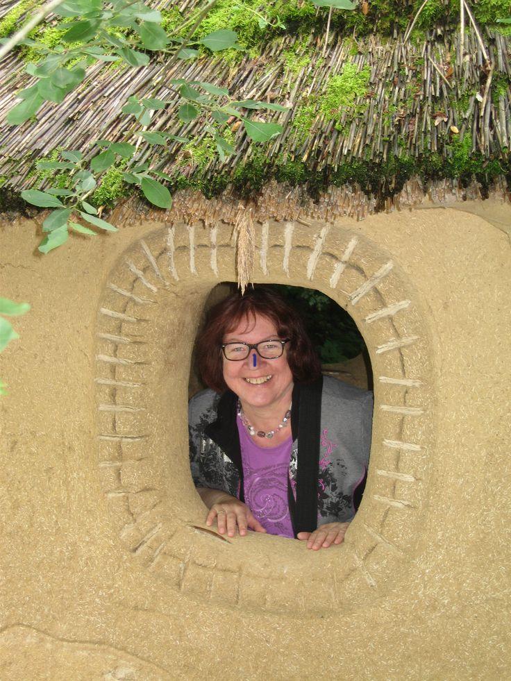 Brigitte no jardim zoológico de Hellbrunn na uma casa africana.