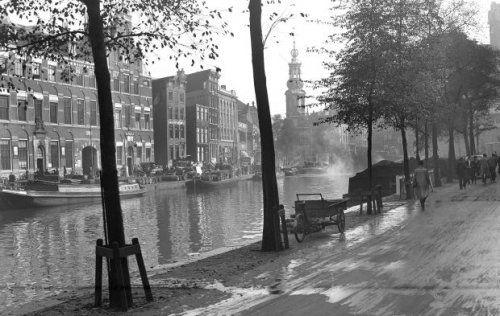 1943. The Singel in Amsterdam with the background the Munttoren. Photo ANP / Co Zeylemaker. #amsterdam #1943 #singel