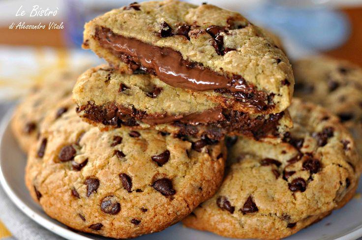 cookiesper 15 Cookies dal cuore di nutella: 200 g di farina 00 150 g di zucchero di canna Eridania 50 g di zucchero semolato Eridania 1 uovo 1/2 cucchiaino di sale fino 1/2 cucchiaino si bicarbonato di sodio 1 bustina di vanillina 340 di gocce di cioccolato 115 g di burro nutella q.b.