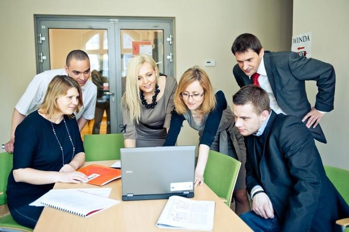 EIT+ zza kulis firmy - nasz zespół w Dziale HR podczas jednego ze spotkań roboczych. Jak widać, poniedziałek im niestraszny.:)   (fot. Wojciech Dobrut).